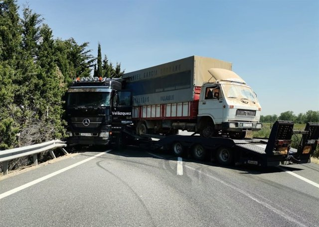 El accidente de un camión provoca el corte de la A-62 en Trigueros (Valladolid).