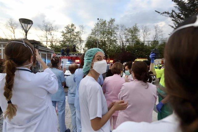 Sanitarios del Hospital Donostia aplauden ante el centro en San Sebastián