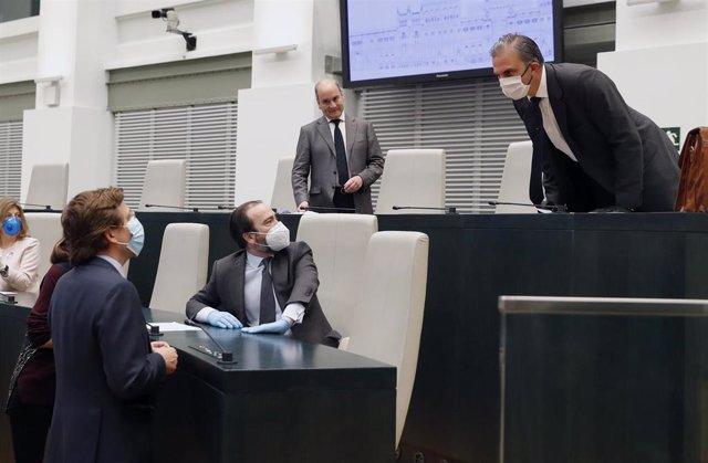 El alcalde de Madrid, José Luis Martínez-Almeida, conversa con el portavoz municioal de Vox, Ortega Smith. Archivo.