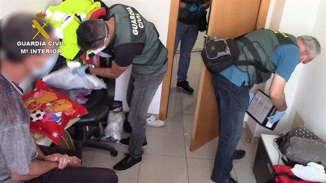 La Guardia Civil detiene a una persona por ofrecer y distribuir archivos pedófilos a través de Internet