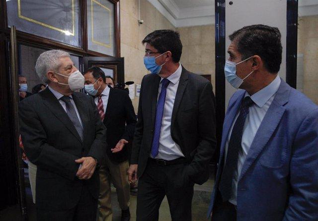 El vicepresidente de la Junta, Juan Marín, en su visita a la Audiencia de Sevilla.
