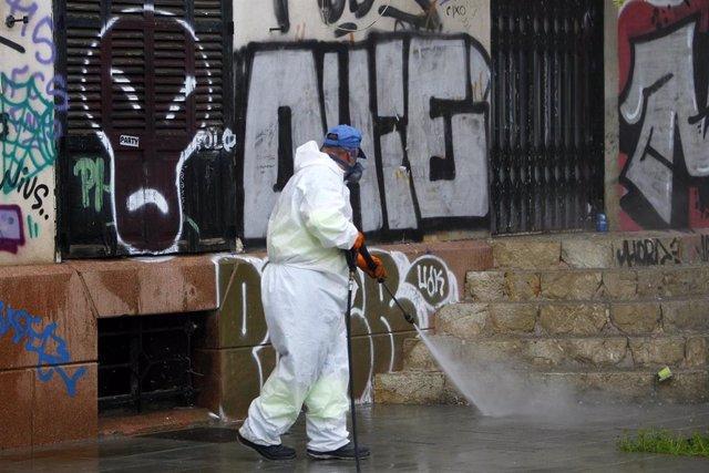 Un trabajador de limpieza desinfecta escaleras cercanas a la estación Intermodal.