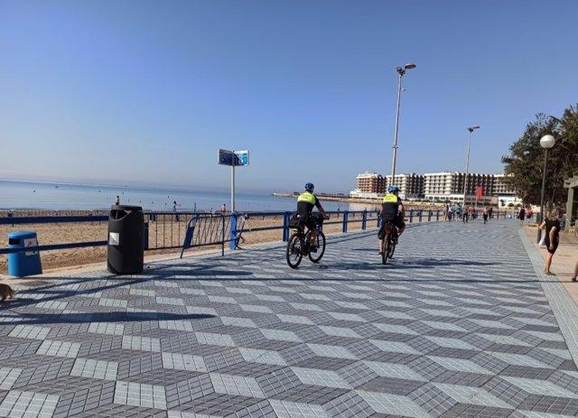 Agentes en bicicleta en El Postitguet.