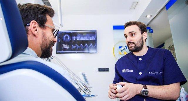El dentista Manuel V. De la Torre, director Médico de la Unidad Avanzada de Salud Bucodental de Equipo de la Torre