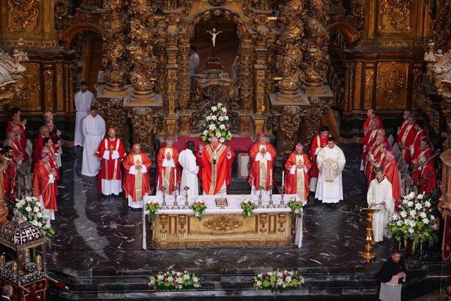 El arzobispo de Santiago de Compostela, Julián Barrio, celebra la misa de la Ofrenda en la iglesia de San Martín Pinario en 2019