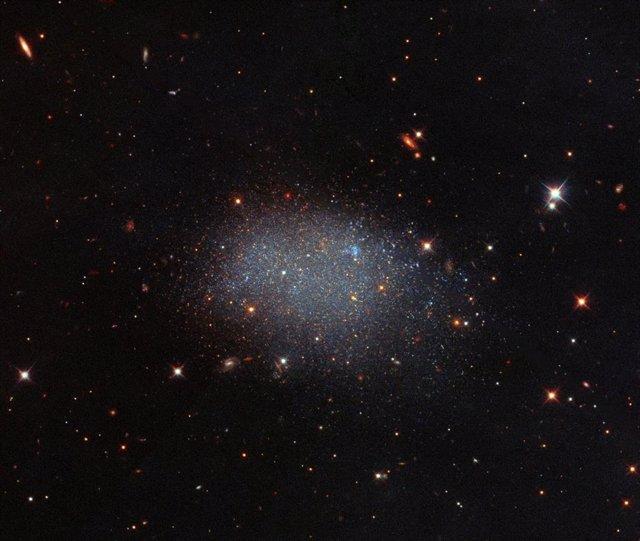 Una galaxia solitaria en el terciopelo negro del espacio vacío
