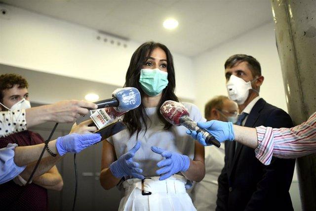 La vicealcaldesa de Madrid, Begoña Villacís, ofrece declaraciones a los medios de comunicación tras su visita el Instituto de Investigación del Hospital Universitario La Paz