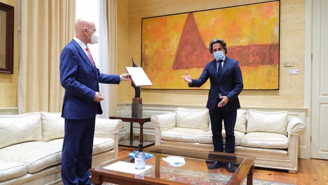 El Diputado del Común, Rafael Yanes, entrega el informe anual de 2019 al presidente del Parlamento de Canarias, Gustavo Matos