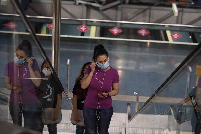 Una mujer protegida con mascarilla hace uso del Metro de Madrid, el mismo día de la presentación de una cámara térmica con la que se controlará la temperatura de los trabajadores del Puesto de Mando de Metro. En Madrid (España), a 22 de mayo de 2020.