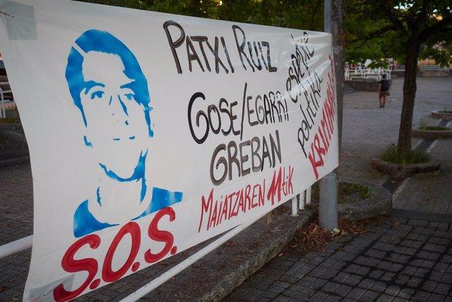 Detalle de una cartel colocado en apoyo al preso etarra Patxi Ruiz, en huelga de hambre, durante la pandemia de coronavirus en Pamplona, Navarra, España, a 20 de mayo de 2020.