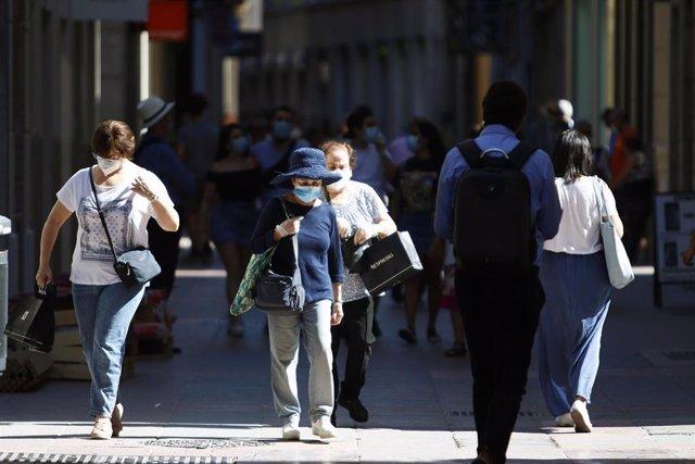 Personas hacen uso de las mascarillas frente al virus COVID-19 donde en el día de hoy son obligatorias llevarlas en espacios públicos en Málaga a 21 de mayo 2020
