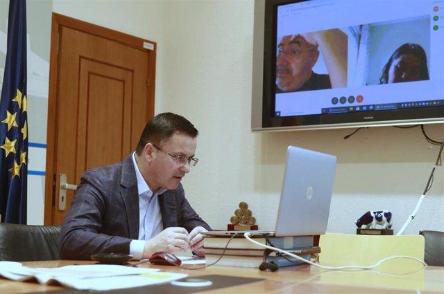 Reunión por videoconferencia de José González con Roberto García e Isabel Vilalba