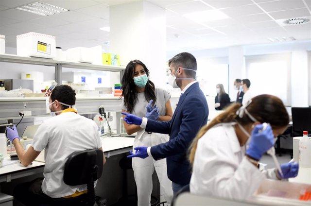 La vicealcaldesa de Madrid, Begoña Villacís, durante visita al Instituto de Investigación del Hospital Universitario La Paz, donde ha estado acompañada de su director, Eduardo López Collazo