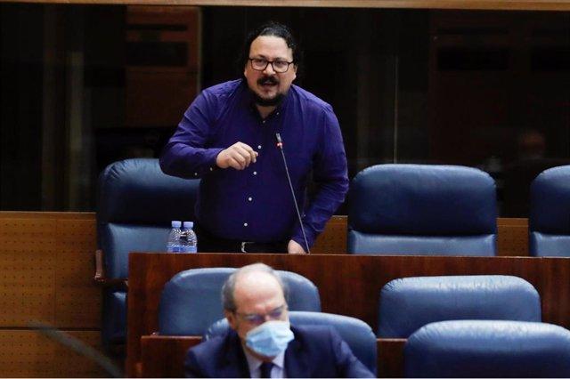 El portavoz de Unidas Podemos, Jacinto Morano, durante su intervención en el pleno celebrado este jueves en la Asamblea de Madrid