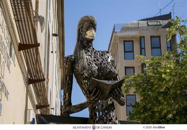 Gandia coloca mascarillas  a las estatuas  para concienciar ante la COVID-19 ·