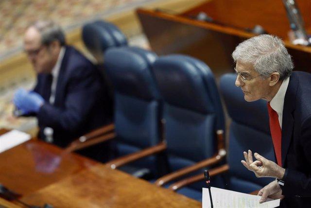 El diputado socialista José Manuel Freire, durante su intervención en la sesión de control al ejecutivo regional en la Asamblea de Madrid, con el portavoz socialista Ángel Gabilondo de fondo.