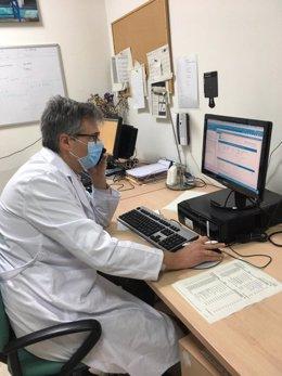 En la imagen, el jefe del Servicio de Oftalmologia del Macarena, doctor Enrique de la Rua, atiende una de las consultas telefónicas