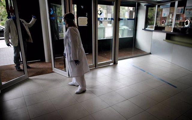 Una sanitaria del Centro de Salud García Noblejas recibe a un paciente durante su jornada laboral