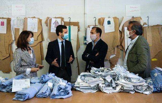 El líder del PP, Pablo Casado, visita una empresa textil en Villaconejos (Madrid)  junto a Angel Asensio, presidente de la Federación Española de las Empresas de la Confección (FEDECON) y Eduardo Zamacola, presidente de ACOTEX. Madrid, 22 mayo 2020.