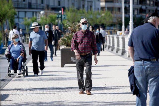 Varias personas pasean por en San Sebastián en el día en que el Gobierno permite salir a hacer deporte de forma individual y pasear con otra persona