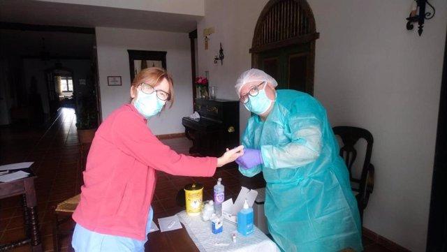 Imagen de una prueba de test rápido en una residencia de Huelva