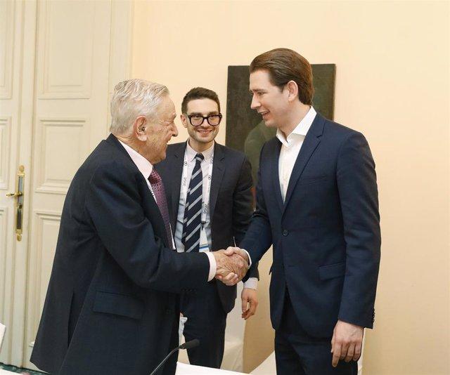 El canciller austriaco, Sebastian Kurz (derecha), saluda al inversor estadounidense George Soros (izquierda) durante una conferencia celebrada en Múnich (Archivo)