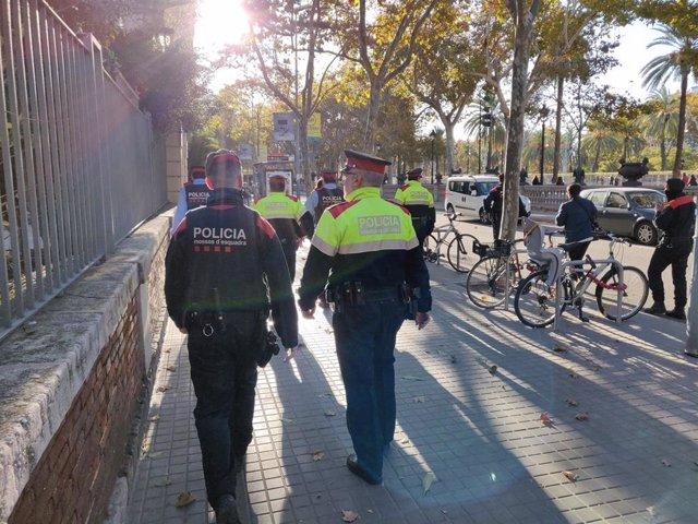 Dos agentes de los Mossos d'Esquadra este jueves en Barcelona
