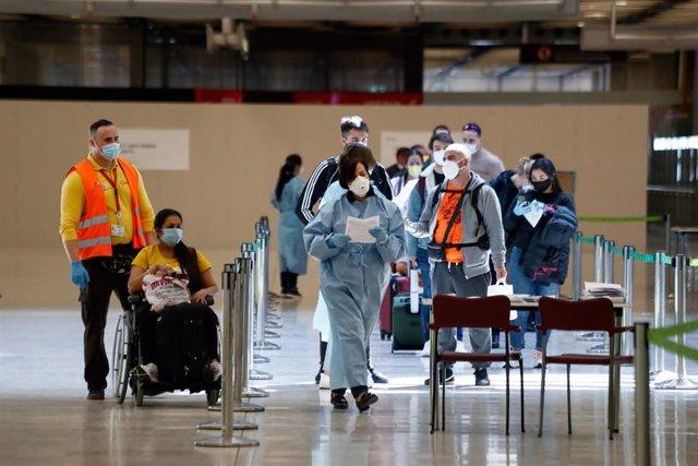Controles en la terminal 4 del Aeropuerto de Madrid-Barajas en el tercer día en el que entra en vigor la orden del Ministerio de Sanidad por la que todas las personas procedentes del extranjero deberán realizar una cuarentena de 14 días.