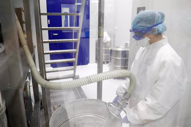 Imagen de archivo de un trabajador en un laboratorio.