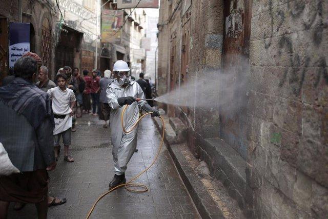 Trabajos de desinfección en la capital de Yemen, Saná, durante la pandemia de coronavirus