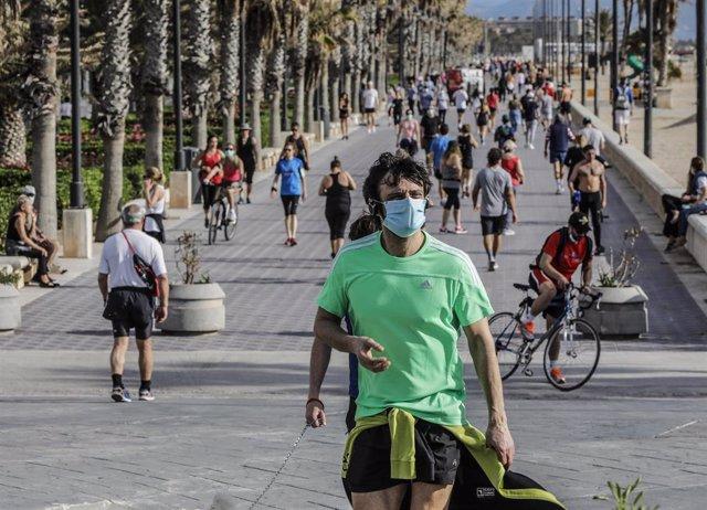 Deportistas en la playa de la Malvarrosa el primer día de salida en Valencia tras 48 días en casa por el coronavirus, en que los adultos pueden salir a pasear y a hacer deporte, en  Valencia / Comunidad Valencia (España), a 2 de mayo de 2020.