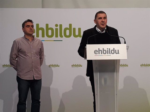 Los miembros de EH Bildu Mikel Otero y Arnaldo Otegi