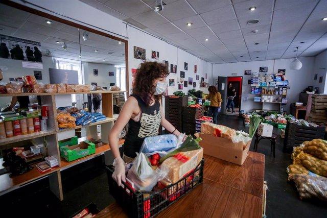 Una voluntaria trabaja en el Teatro del Barrio, en almacén del banco de alimentos.