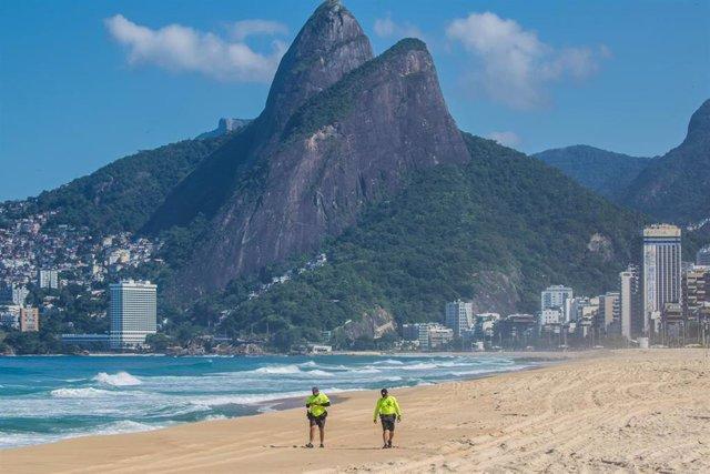 Guardias de seguridad en una playa de Río de Janeiro para hacer frente al coronavirus.