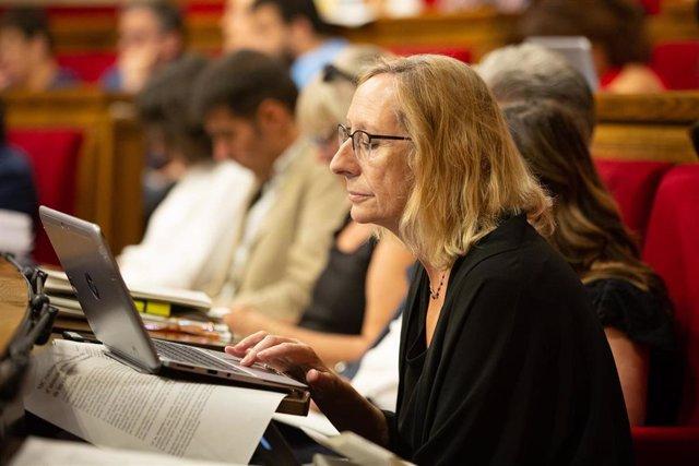 La diputada del PSC en el Parlament de Catalunya, Assumpta Escarp, mira su ordenador portatil durante una sesión del pleno, en una imagen de archivo.