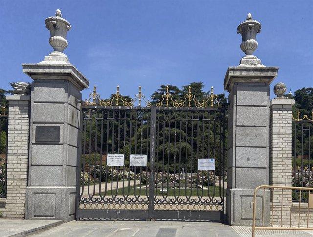 Una de las puertas cerradas del parque de La Rosaleda, uno de los grandes parques de Madrid