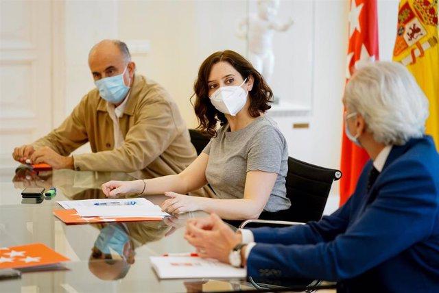 Isabel Díaz Ayuso, durante la reunión que ha mantenido con el alcalde de Madrid, José Luis Martínez-Almeida,, a la que también han asistido el consejero de Sanidad, Enrique Ruiz Escudero, y viceconsejero de Salud Pública y Plan COVID-19, Antonio Zapatero