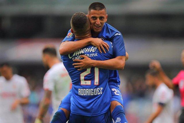 Roberto Alvarado, del Cruz Azul, celebra un gol con su compañero Jonathan Rodríguez en un partido contra el Tijuana