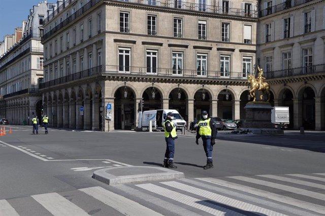Una de las calles del centro de París cerrada por el coronavirus.
