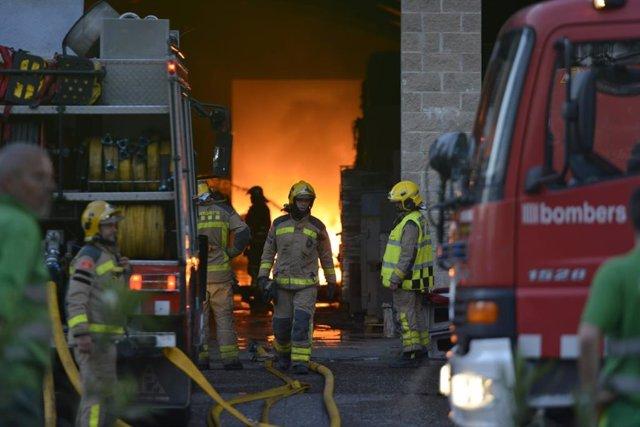 Incendio en la empresa de recogida y recuperación de residuos Auladell, en la avenida França de Sarrià de Ter (Girona)