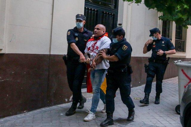 Agentes de la Policía Nacional detienen a un hombre durante las protestas contra la gestión del Gobierno ante la pandemia en la sede del PSOE de Ferraz el 22 de mayo de 2020.