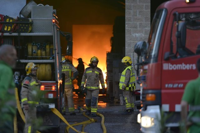 Incendi en l'empresa de recollida i recuperació de residus Auladell, en l'avinguda França de Sarrià de Ter (Girona)