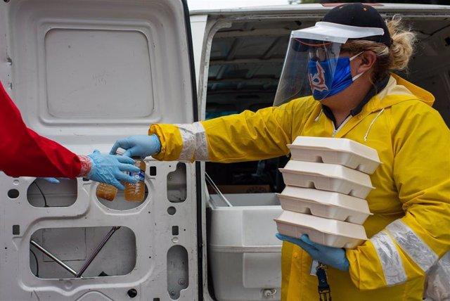 Imagen de una voluntaria con mascarilla por el coronavirus en Ciudad de México.