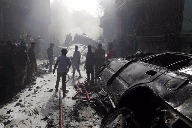 Se elevan a 97 los muertos al estrellarse un avión en Karachi, al sur de Pakistán.