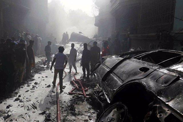 Pakistán.- Se elevan a 97 los muertos tras estrellarse un avión en Karachi, en e