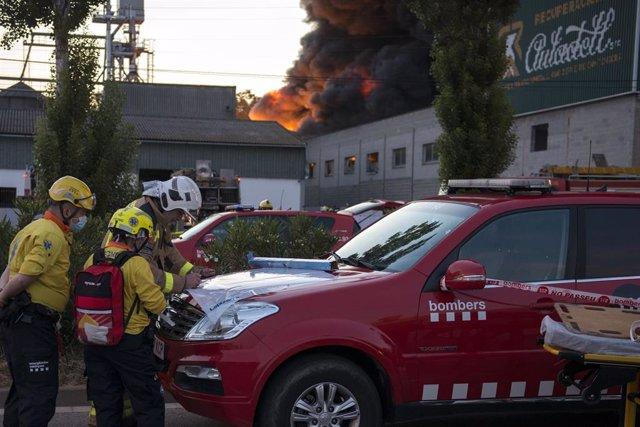 Los Bomberos trabajan la noche del viernes en el incendio en la empresa de recogida y recuperación de residuos Auladell, en la avenida França de Sarrià de Ter