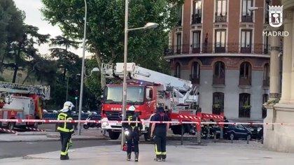 Se derrumba la cúpula de un edificio en Alfonso XII sin causar heridos pero sí daños en balcones y coches