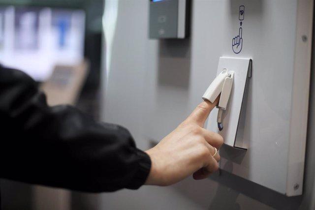 El responsable del Departamento de Ingeniería de Crambo, Balbi González Medina, introduce su dedo en un dispositivo para medir el oxígeno en sangre en la sede de la compañía en una imagen de archivo.