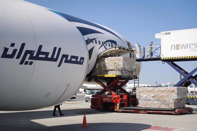Trabajadores del aeropuerto Adolfo Suárez Madrid-Barajas recogen el cargamento sanitario de un avión con material sanitario para Madrid.