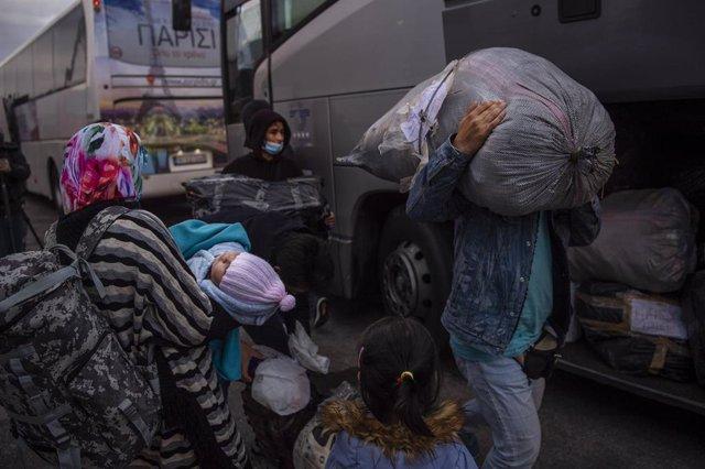 Migrantes llegan al puerto griego del Pireo